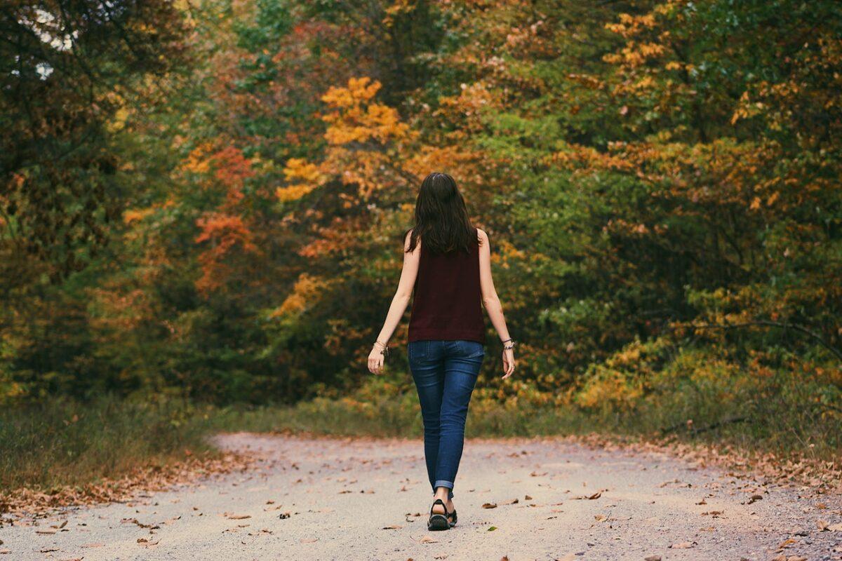 ragazza cammina nel parco