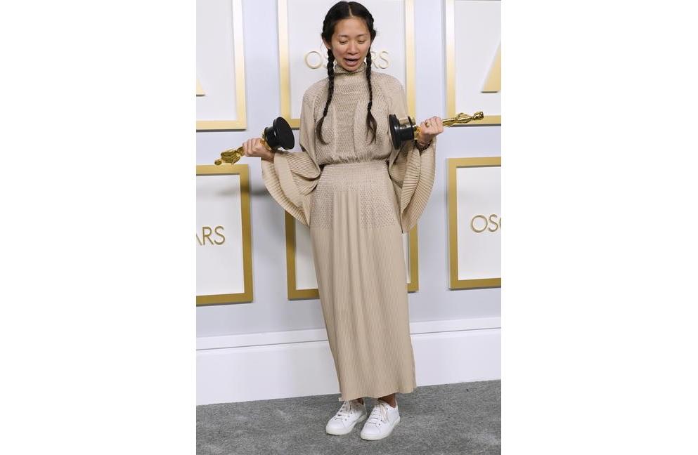 Chloé Zhao, abito Hermès e sneakers per la regista premio Oscar
