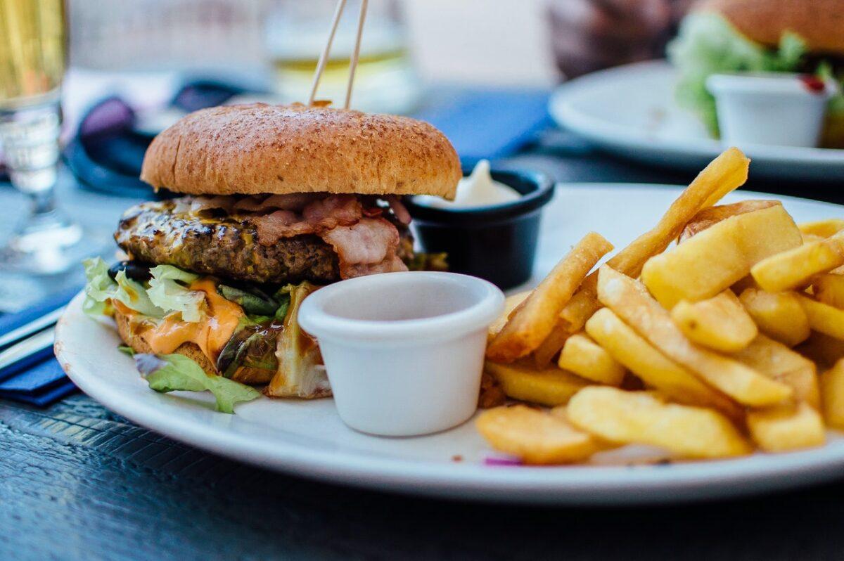 piatto di hamburger e patatine