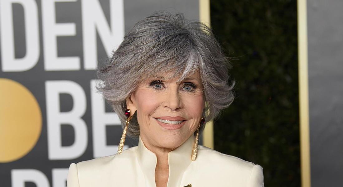 Capelli bianchi effetto gloss alla Jane Fonda: il suo hair stylist usa questo prodotto