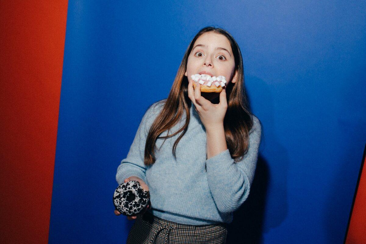 ragazza mangia donuts