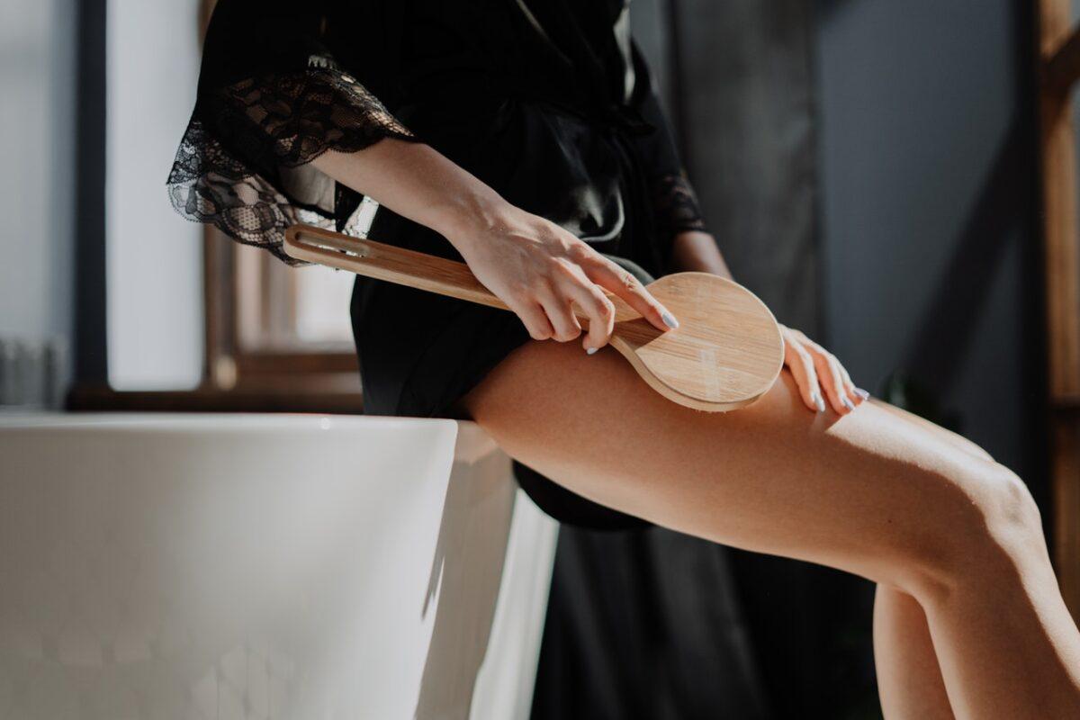 massaggio alle gambe con spazzola