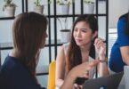 due ragazze che parlano tra loro