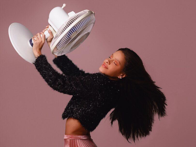ragazza con ventilatore