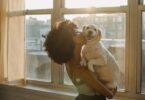 ragazza bacia il suo cane