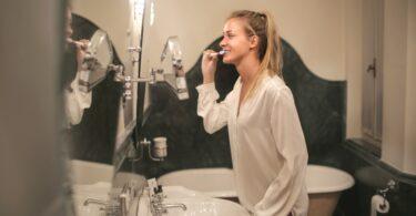 una ragazza si lava i denti