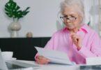 una donna intenta a leggere un documento