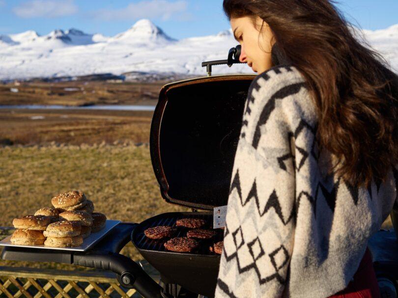 ragazza fa un barbecue