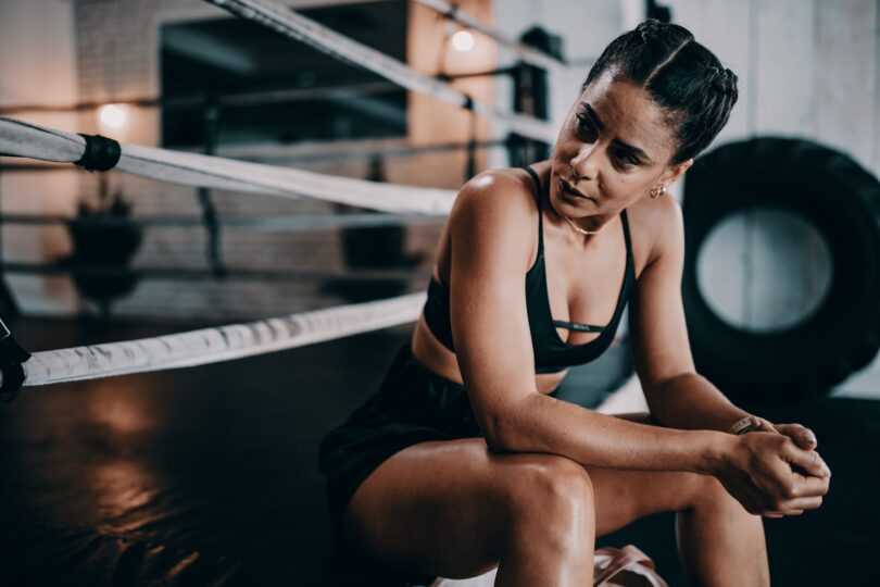 ragazza pratica boxe