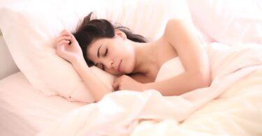 Sonno e caldo in estate, 5 regole d'oro per favorire l'addormentamento