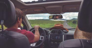 coppia in automobile