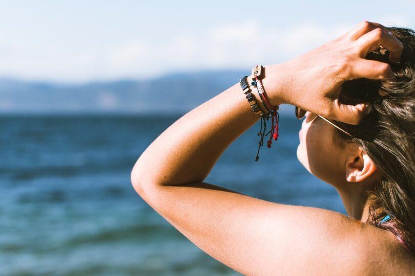 Idratarsi per proteggere l'abbronzatura estiva a settembre
