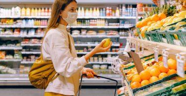 una ragazza fa la spesa al supermercato