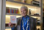 Vivienne Westwood con una lettera SOS